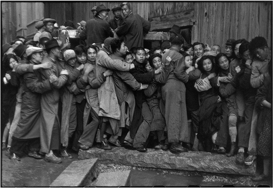 Chine. Shanghai. Mouvement de foule devant une banque. Janvier 1949