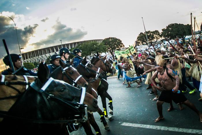 Manifestations contre la Coupe du monde entre indigènes et forces de l'ordre à Brasilia le 27 mai 2014. Les populations expriment leur colère face à l'argent gaspillé et de leur indignation face au racisme de l'Etat brésilien à leur égard. Celui-ci s'approprierait en effet leurs terres à leur détriment. ©Midia Ninja