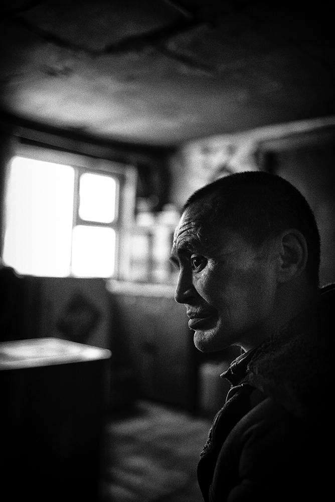 Nergui, 47 ans, vit à côté de son père, dans le quartier de yourtes de Bayan Khoshuu au nord-ouest d'Oulan-Bator, en Mongolie. Il souffre de la tuberculose depuis deux ans, après avoir laissé trainer la maladie pensant que son état de santé s'était amélioré. Arrivé au centre national des maladies infectieuses de la capitale à l'article de la mort, il y a passé 7 mois en soin intensif avant de pouvoir rentrer chez lui. Il continue à suivre un traitement mais peine toujours à respirer. La pollution de l'air serait à l'origine de ses problèmes respiratoires qui se sont ensuite transformés en tuberculose. Son père quand à lui, souffre aussi de problèmes aux poumons à cause de la poussière ambiante. Ils sont tous deux menuisiers et Nergui travaille désormais chez lui au gré des commandes. © Olivier Laban-Mattei