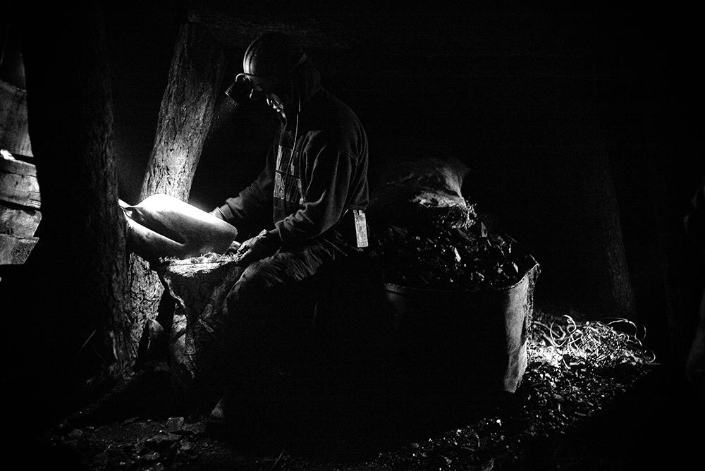 Un mineur illégal du site de Nalaikh, à l'est d'Oulan-Bator, extraie le charbon qui servira à chauffer les quartiers de yourtes de la capitale mongole. Les conditions de travail sont extrêmement dangereuses au fond des galleries de fortune. Le charbon quant à lui est la principale source de la pollution de l'air en ville.