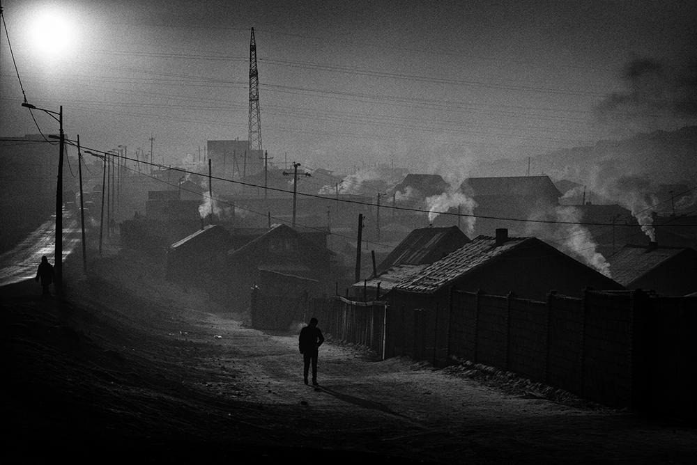 Paysage d'hiver à Bayan Khoshuu, un quartier déshérité (autrement appelé quartier de yourtes), situé à l'ouest d'Oulan-Bator. Les températures insupportables de l'hiver (-40, -50ºc) obligent des centaines de milliers d'habitants à consommer une quantité énorme de charbon de chauffage, plongeant ainsi la capitale dans un épais manteau de fumée néfaste pour la santé. La pollution de l'air engendre de graves maladies tels que des cancers, des malformations chez les nouveaux-nés, des problèmes cardio-vasculaires et respiratoires ainsi que des maladies neurologiques sérieuses. Oulan-Bator est la deuxième ville la plus polluée au Monde en hiver, bien devant Beijing. © Olivier Laban-Mattei