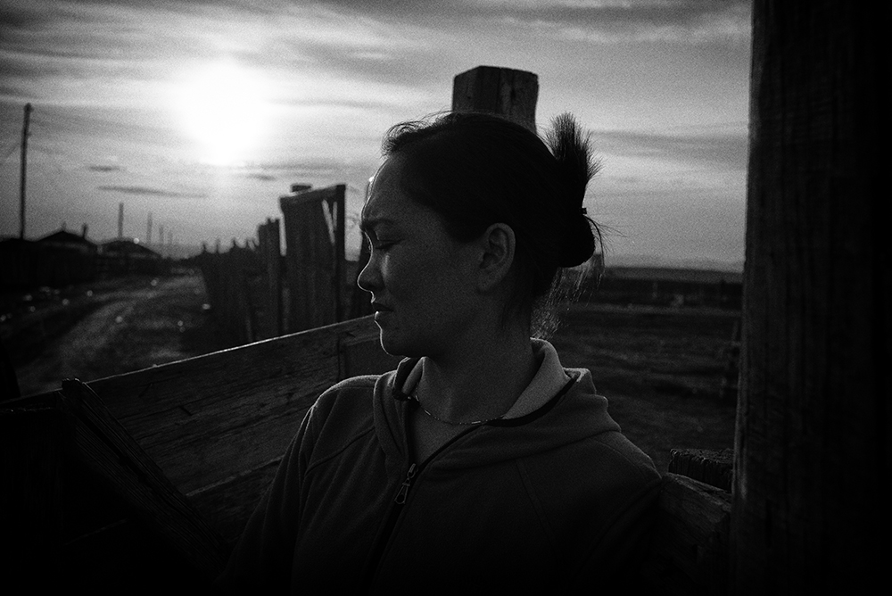 Kundez vit à Khongor, petite localité à 150 kms au nord d'Oulan-Bator. En 2007, une fuite dans l'usine qui stockait illégalement des résidus de cyanure et de mercure des mines d'or avoisinantes aurait provoqué de très nombreuses maladies parmi la population. Kundez a perdu ses deux parents, morts tous deux précipitamment d'un cancer foudroyant en 2007 alors qu'elle était enceinte. Sa fille Jibek, qui a aujourd'hui 7 ans, souffre d'un mal toujours pas diagnostiqué. Elle a subi déjà plusieurs opérations au pied et ne va pas à l'école car on ignore si ce qu'elle a peut contaminer les autres élèves. Kundez quant à elle, souffre également mais refuse d'aller à l'hôpital par peur du diagnostic. Elle prend des anti-douleurs, tout comme sa fille, comme unique traitement. © Olivier Laban-Mattei