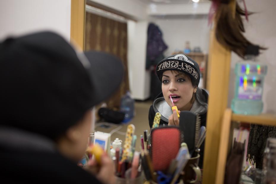 """Paradise Sorouri, 25 ans est l'une des premières rappeuses afghanes. Casquette, sweat, capuche, loin de la tenue traditionnelle, Paradise s'affiche provocante dans une société conservatrice. S'exposer publiquement n'est pas sans risque. """"Beaucoup de gens n'acceptent pas de voir une femme chanter du rap. J'ai dû faire face à des insultes et parfois des menaces.""""(25 mars 2014, Qala-e Fatullah)"""