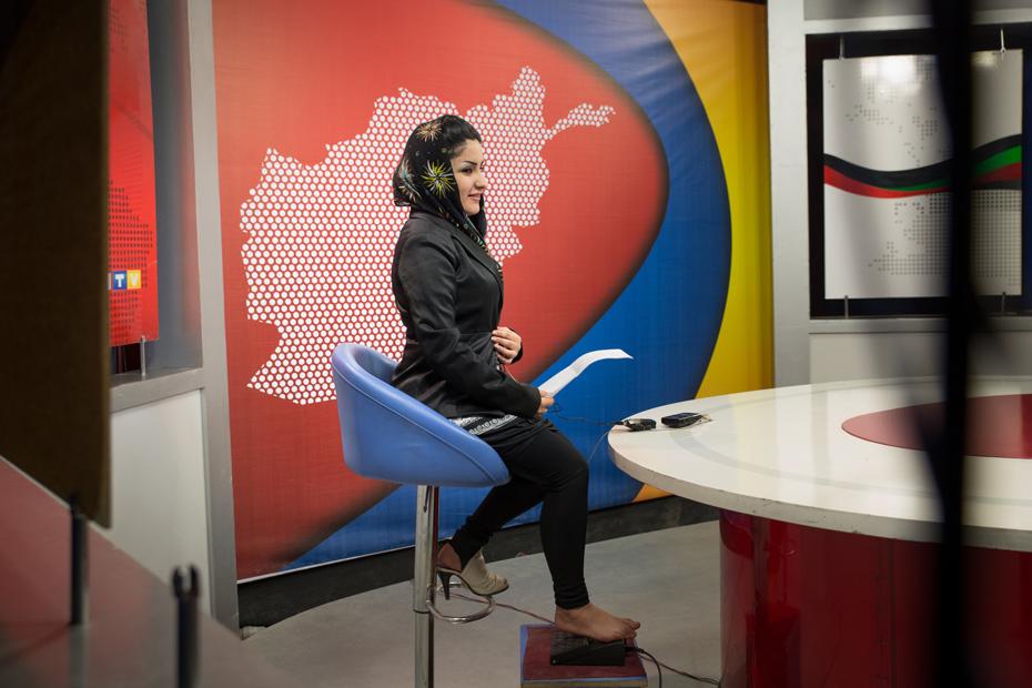 """Aisha Ilyad, 21 ans est présentatrice télé à 1TV. Réfugiée au Pakistan sous le régime des Talibans, Aisha rêvait d'être sous les projecteurs. Pourtant, s'exposer devant la caméra peut être considéré comme un déshonneur pour certaines familles. """"Les gens pensent que le journalisme n'est pas un travail pour les femmes. Cela prend du temps pour combattre ces idées"""". (7 avril 2014, Kaboul)"""