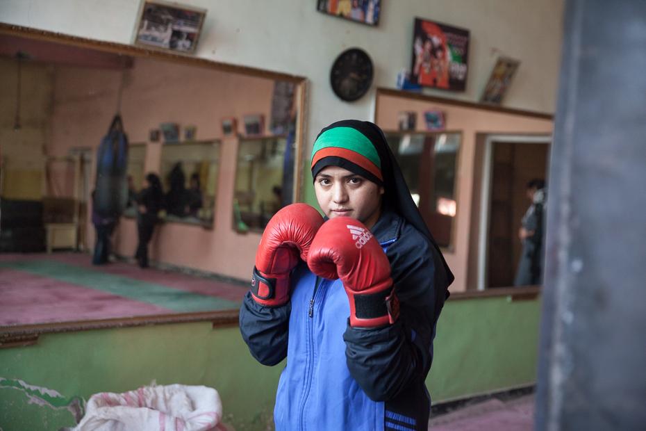 """Fahima, 19 ans, s'entraîne 3 fois par semaine au stade Ghazi de Kaboul. Le stade olympique est tristement célèbre pour ces lapidations de femmes à la fin des années 90 sous le régime Taliban. Entre 1996 et 2001, il était interdit pour une femme de faire du sport. 13 ans après, l'équipe féminine de boxe représente les couleurs de l'Afghanistan. Ces jeunes filles défient les traditions et veulent faire évoluer les mentalités. """"Je veux que mon pays soit fier de moi, je rêve de devenir championne"""". (28 octobre 2013, Kaboul)"""