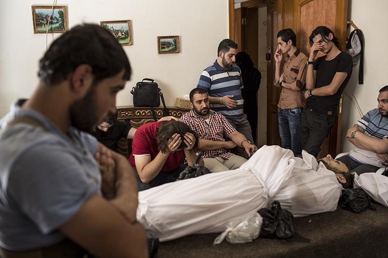 Les amis d'Amir tué le matin même lui rendent un dernier hommage au domicile d'une de ses proches. Il avait 27ans, il s'est pris un éclat de bombe la matin même. Les attaques aeriennes du régime auront tué 63 personnes ce jour là.