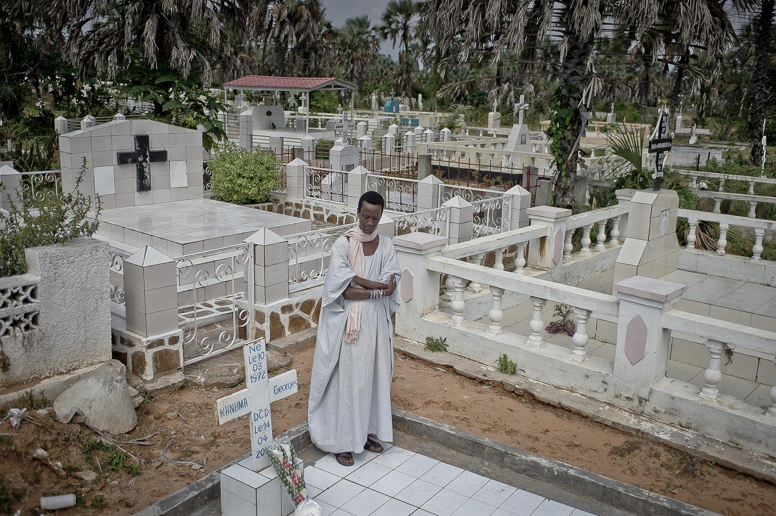 Yves dit Duchesse, un activiste de la communauté gay de Bujumbura se recueille sur la tombe de Georges Kanuma, ardent défenseur de la cause LGBTI décédé le 14 Avril 2010, à 38 ans. Il est un de ceux qui donna le courage à la majorité des gays burundais de sortir du placard.