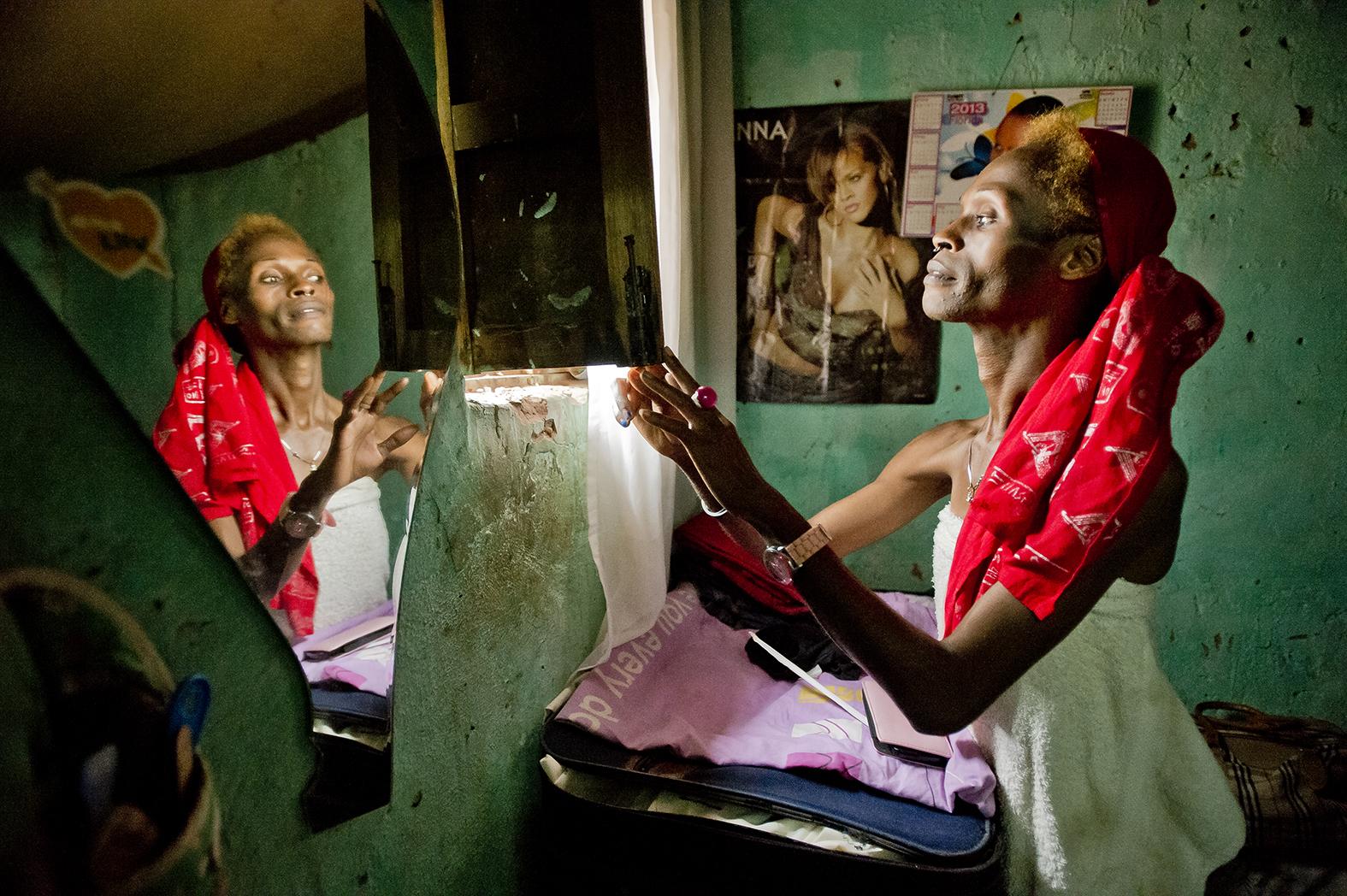 Bobeth, transsexuelle travesti ouvre le volet de sa chambre, dans sa minuscule maison dans un quartier de Kigali.  « Dans le voisinage, on s'interroge sur mon sexe. Je suis leur  sujet de conversation. »
