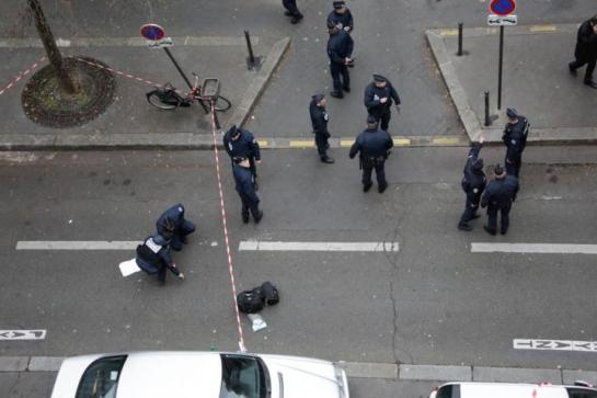 Trois hommes armés sont toujours en fuite après l'attentat au siège de Charlie Hebdo qui a fait au moins 12 morts. LP/Arnaud Dumontier