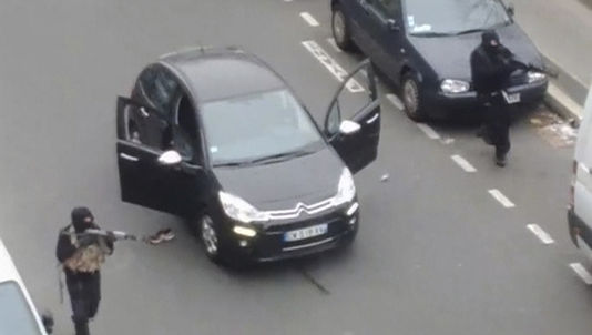 Les frères Kouachi, quelques minutes après leur attaque contre « Charlie Hebdo », le 7 janvier. REUTERS TV / REUTERS