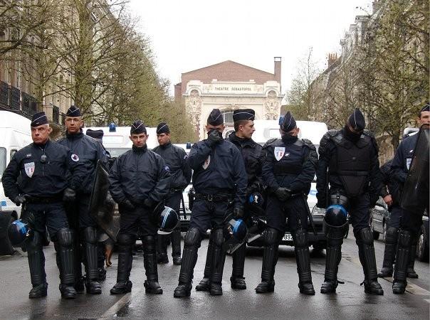 Photo de policiers prise pas des manifestants à Lille. (via)