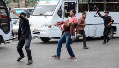 Evacuation d'un policier en civil blessé lors d'un attentat le 22 cotobre 2014 devant l'uniiversité du Caire ( AFP/Archives - Mahmud Hasan )