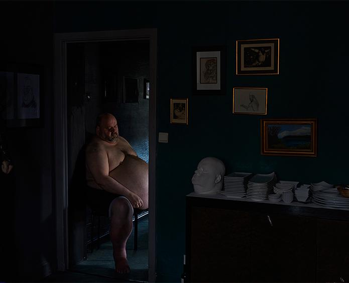 Philippe passe la plupart de son temps dans sa jolie maison située dans un des coins les plus dangereux de Charleroi. Il a demandé à être photographié assis