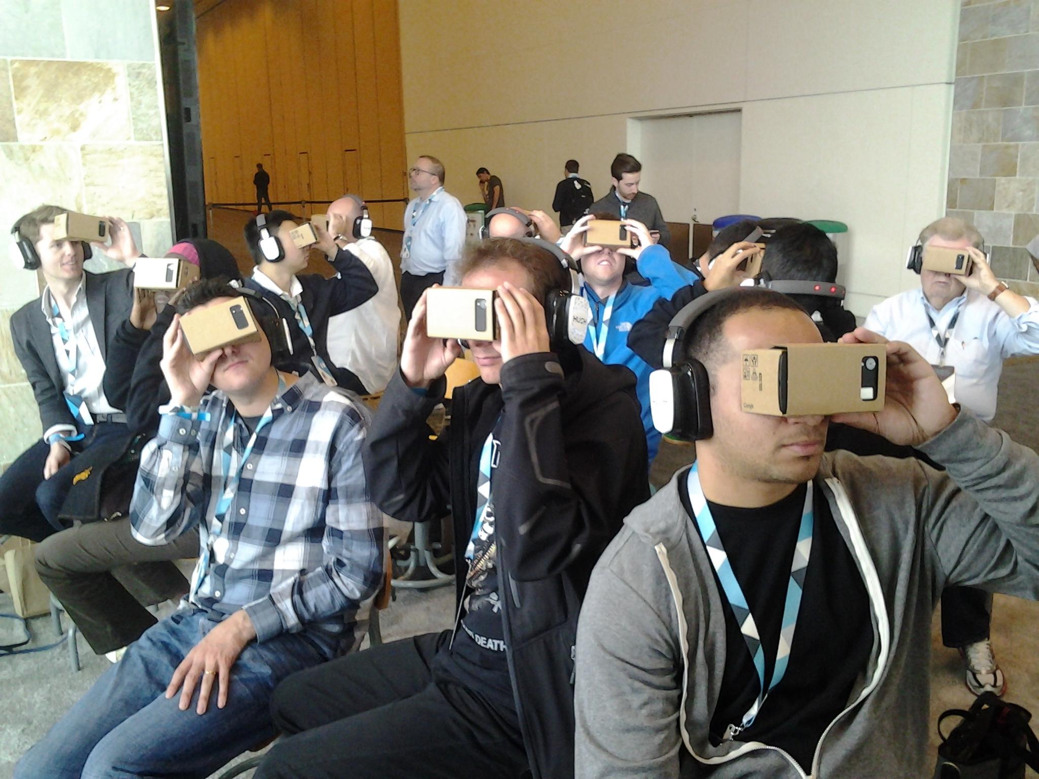 Ces gens sont actuellement en train de voyager sur Mars, avec le Google Cardboard (les lunettes de réalité virtuelle en carton a faire soi même de Google). via Motherboard (en anglais)