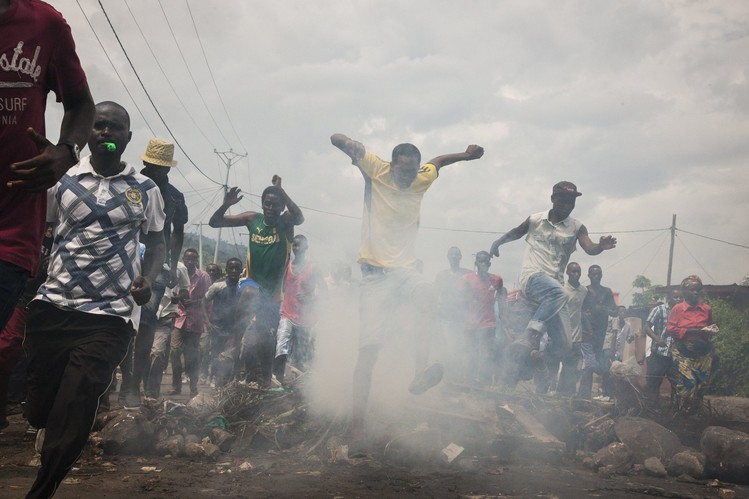 Des manifestants courent au travers d'une barricade en flamme à Bujumbura, Burundi, le 18 Mai. Photo: Adriane Ohanesian pour The Wall Street Journal