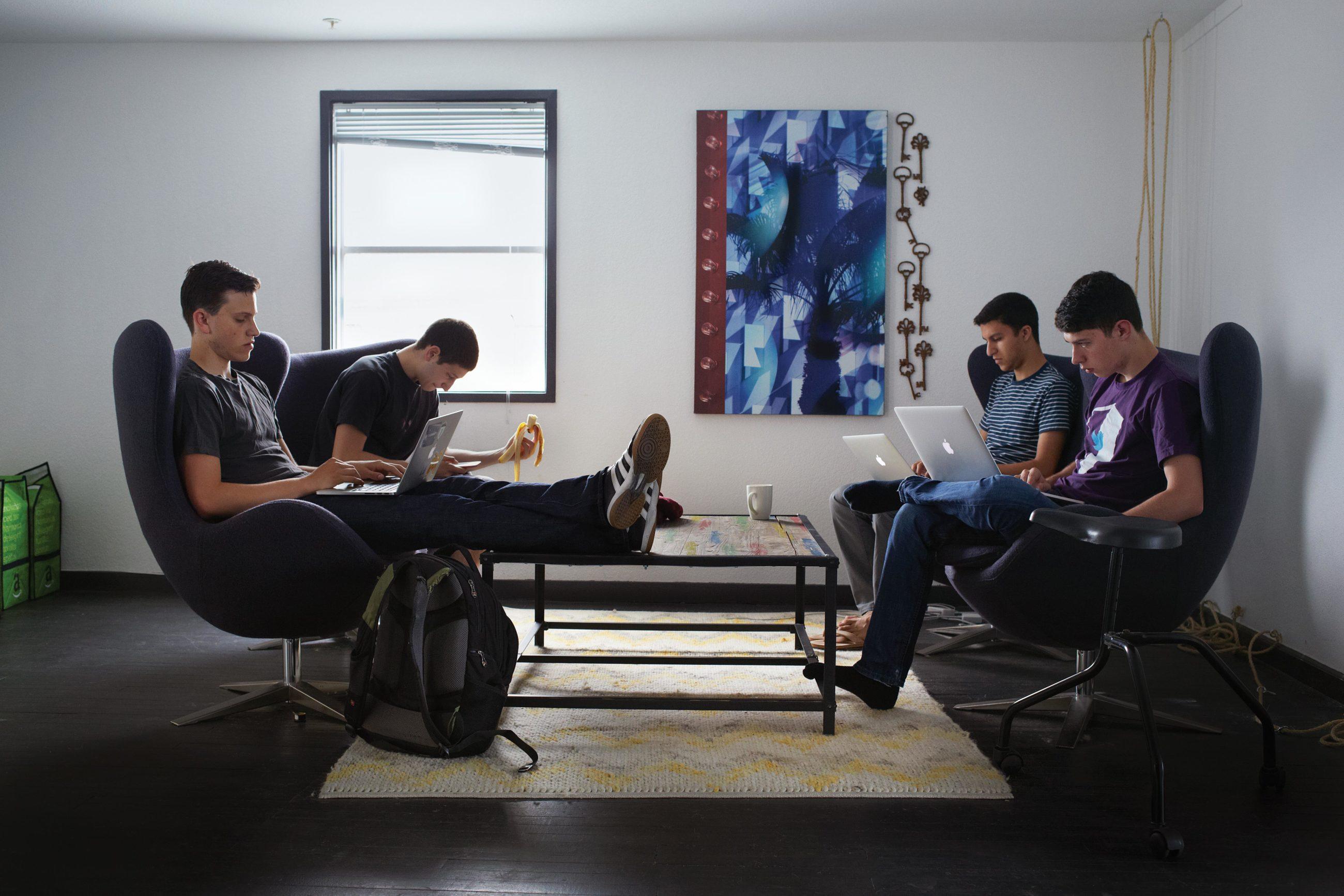 Kramer, Weinstein, Matin et Nick Frey, des adolescents suivi par les journalistes © Michael Schmelling via