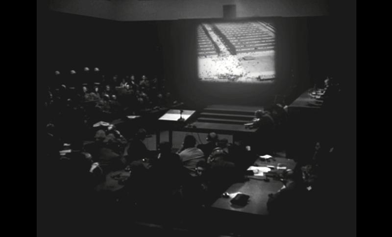 Le tribunal pendant la projection du film, Camps de concentration nazis, 29 novembre 1945, photogramme extrait extrait du film Nuremberg, les nazis face à leurs crimes réalisé par Christian Delage (2006) © Christian Delage, Compagnie des phares et balises, 2006.