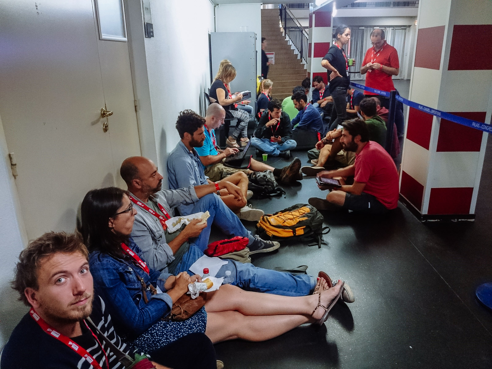 Des photographes patientent pour obtenir un rendez-vous avec un iconographe au second étage du Palais des Congrès de Perpignan lors de Visa pour l'Image pour le 2 septembre 2015. © Pierre Morel
