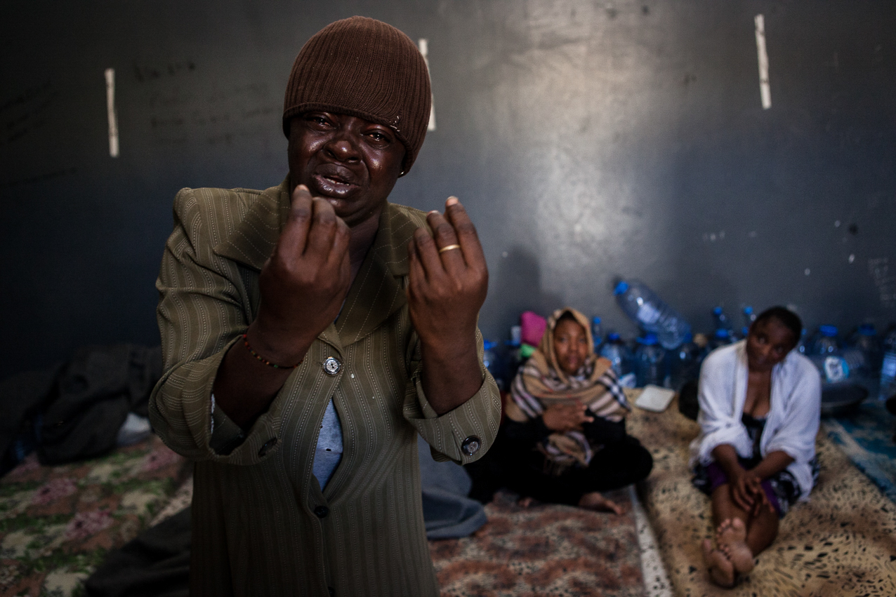 Tripoli, le 4 Juillet 2015. Centre de détention pour migrants illégaux à Garabouli, dans la région de Tripoli. Le gouvernement de Fajr Libya, installé à Tripoli, est en recherche de reconnaissance de la part de la communauté internationale. Conscients que les conditions de vie dans les camps sont difficiles, ils demandent de l'aide financière et logistique à l'occident pour réussir à gérer la migration illégale transitant par son territoire.