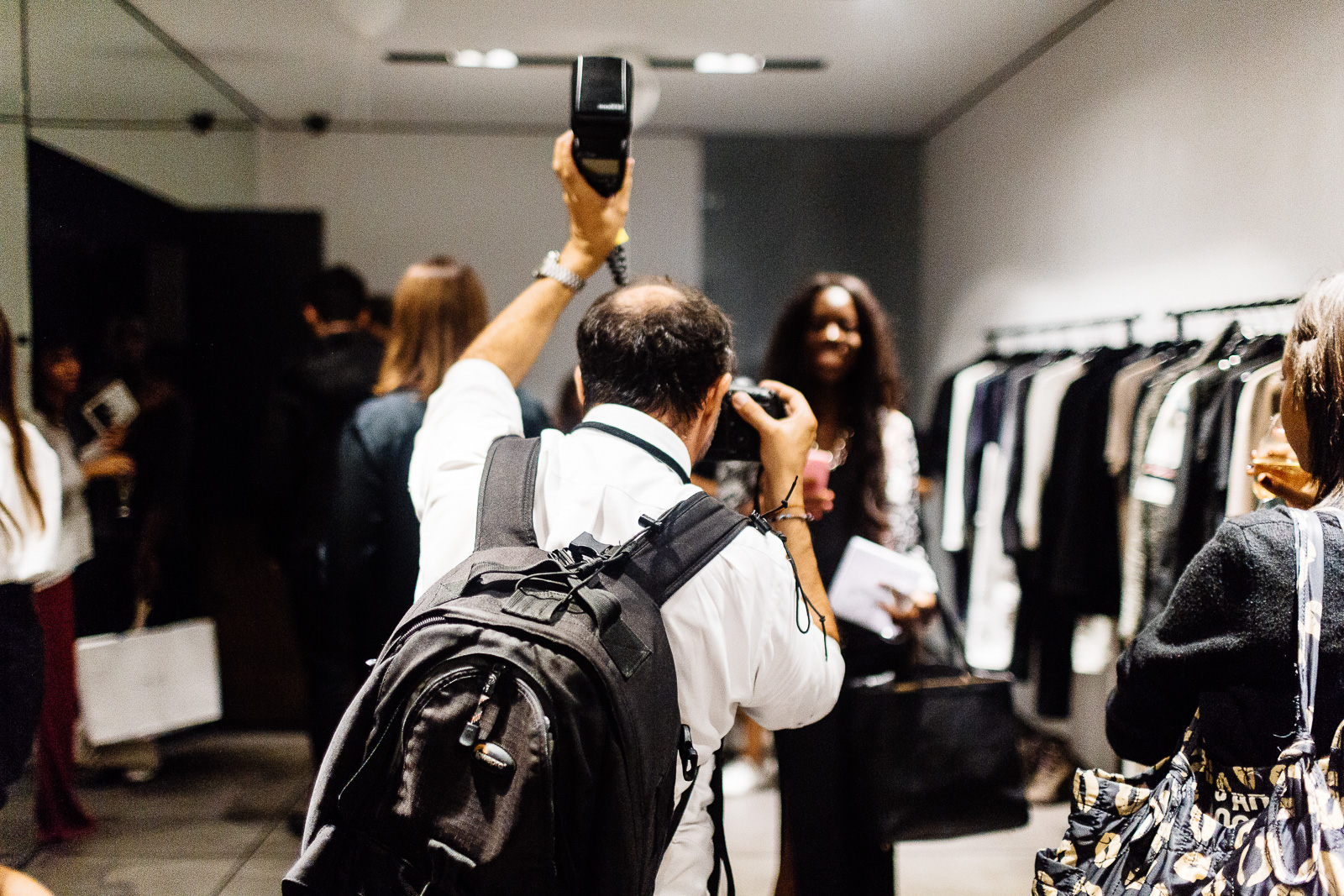Un photographe au travail pendant la Vogue Fashion Night le 16 septembre 2014 à Paris.