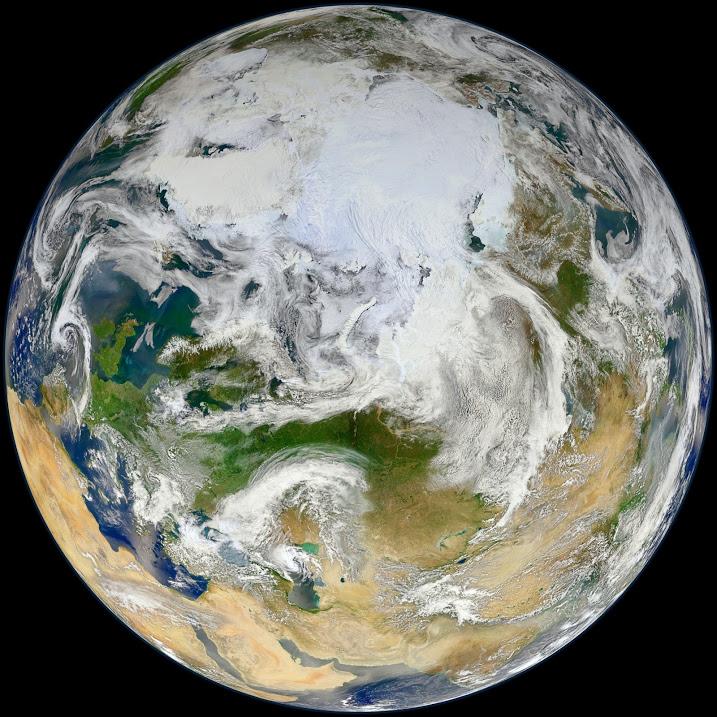 Blue Marble 2012 - Artic Vue de la Terre montrant l'Arctique, l' Europe et l'Asie. par le satellite Suomi NPP qui orbite autour de la Terre environ 14 fois par jour et observe presque toute la surface. Le satellite NPP permets des enregistrements de donnees cles qui sont essentiels pour le suivi du changement climatique.