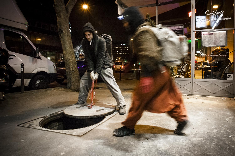 """""""Drakael"""" öffnet einen Gullideckel inmitten einer Strasse im Zentrum von Paris, um in die verborgene Welt der Kataphilen hineinzutauchen."""