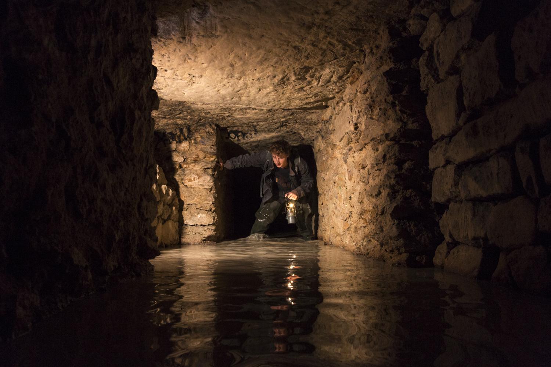 Bestimmte Abteilungen sind vom Grundwasser überschwemmt. Nur mit Gummiestieffeln können diese Durchgänge mit trockene Füsse überquehrt werden.