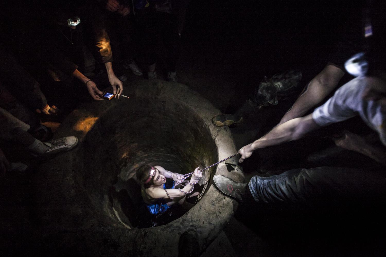 Ein junger Man wird in einer Brunne getauft. Er wurde als Kataphile akkzeptiert.