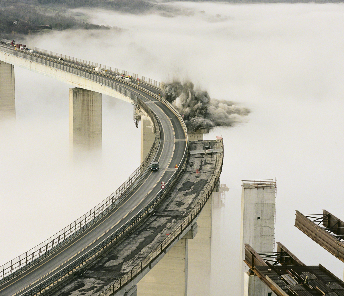 Démolition commandée d'un segment du viaduc Italia, dans la vallée de la rivière Lao, à Cosenza. L'autoroute A3 Salerno-Reggio Calabria, ses 442,9 km de long, 22 km de tunnels et 45 km de viaducs a été conçue par les meilleurs ingénieurs italiens.
