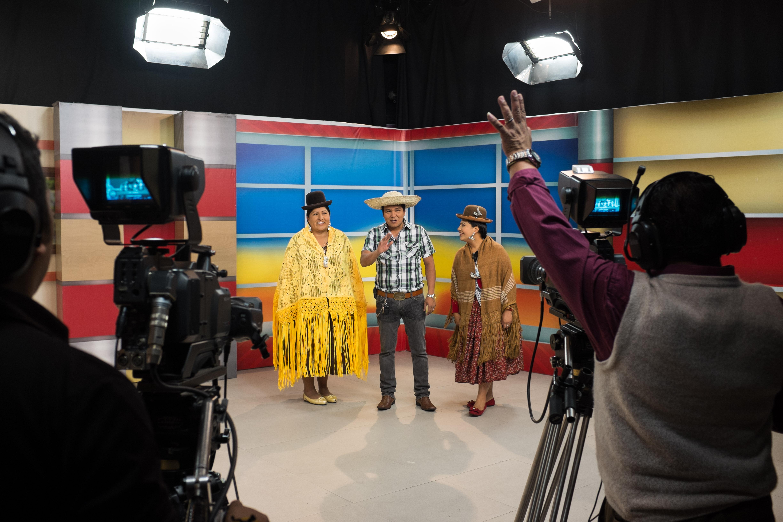Inés Quispe, Julio César Talavera et Gloria Campos, presentent un programme culturel matinal pour la chaîne bolivienne RTP (Radio Television Popular). Cette chaine de télévision nationale a été créée en 1984 par Carlos Palenque et a été la première chaine de télévision bolivienne a donner la parole aux indigènes. Elle a pour objectif de diffuser la culture et le folklore bolivien. La Paz, avril 2016, Bolivia