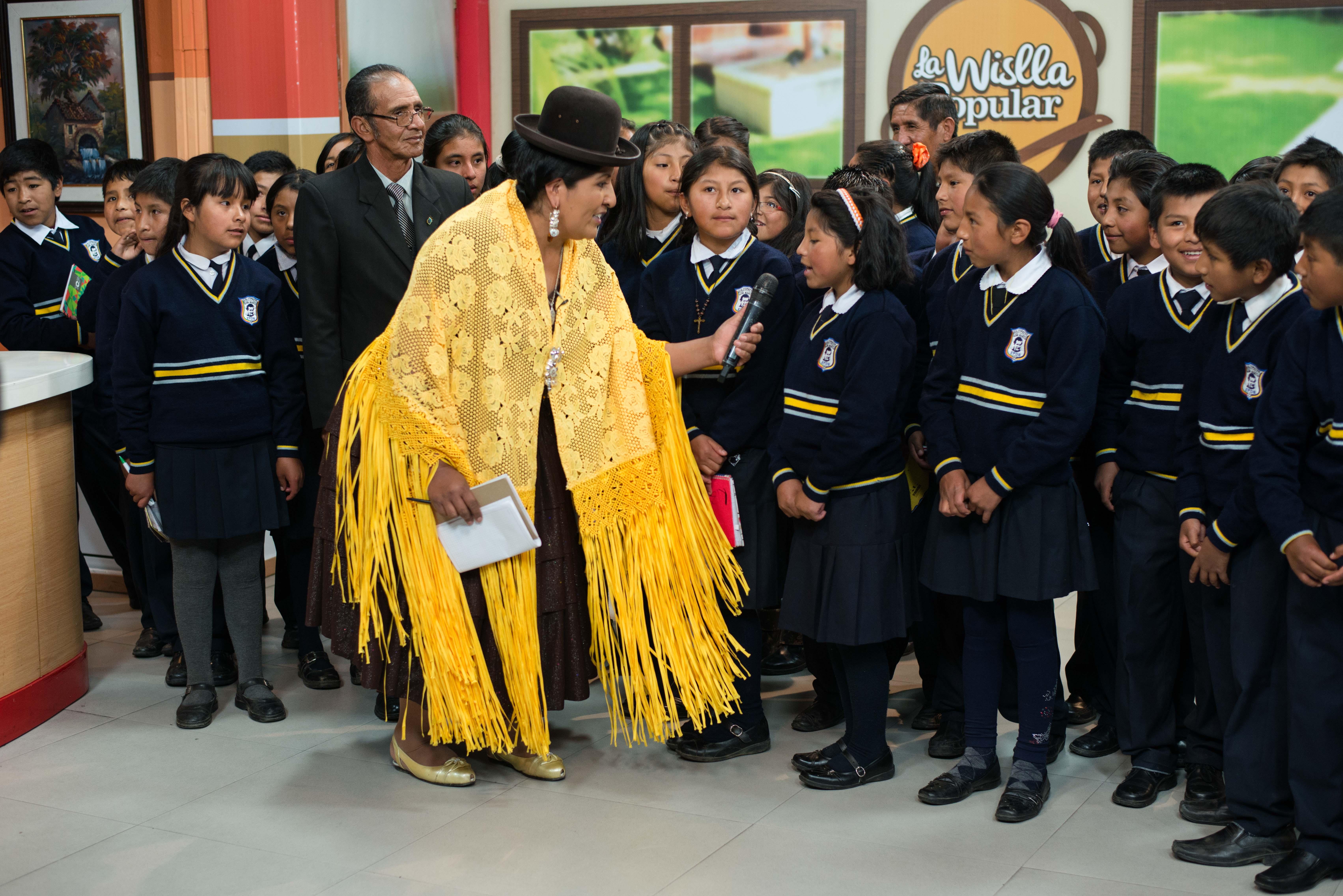 Ines Quispe interroge une jeune élève d'une école publique locale venue participer à l'émission La Wislla Popular, le 22 mars 2016 sur le plateau de RTP, La Paz, Bolivie