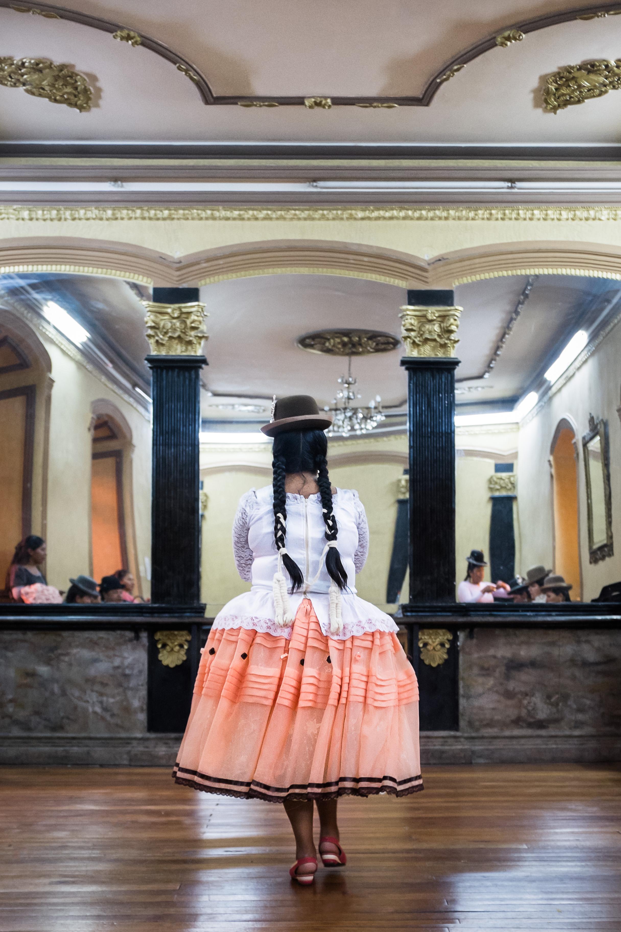 Répétitions d'un défilé de cholitas lors d'un cours de mannequinat, Hôtel Torino,  La Paz, le 2 avril 2016, Bolivie